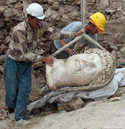 estatua colosal Adriano hallada en 2007 en Sagalassos Turquia fragmento